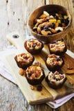 Γλυκά με τα καρύδια και την καραμέλα Στοκ φωτογραφία με δικαίωμα ελεύθερης χρήσης