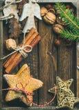 Γλυκά μπισκότα, ξύλινοι άγγελοι, διακοσμητικά χρυσά αστέρια, καρύδια, ραβδιά κανέλας Στοκ Εικόνα