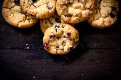 Γλυκά μπισκότα στο ξύλινο υπόβαθρο στοκ εικόνες