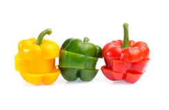 Γλυκά πιπέρια που τεμαχίζονται στα κομμάτια που απομονώνονται στο άσπρο υπόβαθρο Στοκ Φωτογραφίες