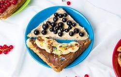 Γλυκά σάντουιτς με τα φρούτα και την κρέμα Στοκ Εικόνα