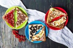 Γλυκά σάντουιτς με τα φρούτα και την κρέμα Στοκ Εικόνες