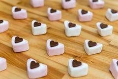 Γλυκά σοκολάτας και marshmallow σε έναν ξύλινο πίνακα στοκ εικόνα με δικαίωμα ελεύθερης χρήσης
