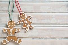 Γλυκά σπιτικά μπισκότα για τα Χριστούγεννα στο άσπρο παλαιό ξύλινο backgro Στοκ Φωτογραφία