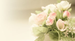 Γλυκά τριαντάφυλλα χρώματος στο μαλακό και ύφος θαμπάδων στη σύσταση εγγράφου μουριών Στοκ φωτογραφία με δικαίωμα ελεύθερης χρήσης