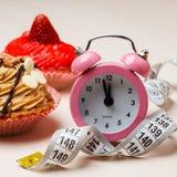 Γλυκά τρόφιμα που μετρούν την ταινία και το ρολόι στον πίνακα Στοκ Εικόνες