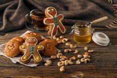 Γλυκά Χριστουγέννων που ψήνουν τα μπισκότα μελοψωμάτων στο πιάτο διακοσμημένος Στοκ φωτογραφία με δικαίωμα ελεύθερης χρήσης