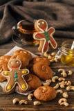 Γλυκά Χριστουγέννων που ψήνουν τα μπισκότα μελοψωμάτων στο πιάτο διακοσμημένος Στοκ εικόνα με δικαίωμα ελεύθερης χρήσης