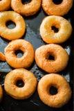 Γλυκά χρυσά donuts που ψήνονται πρόσφατα Στοκ Εικόνα