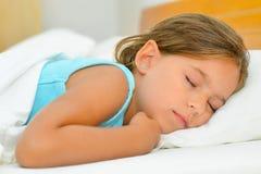 Γλυκά όνειρα, λατρευτός ύπνος κοριτσιών μικρών παιδιών Στοκ Εικόνες