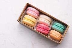 Γλυκά macarons Διαφορετικά γαλλικά macaroons μπισκότων σε ένα έγγραφο BO στοκ εικόνα