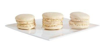 Γλυκά macaroons καφέ, γαλλικός παραδοσιακός, κρέμα, άσπρο πιάτο, Στοκ Φωτογραφίες