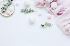 Γλυκά marsh-mallow και λουλούδια γυναικών στην άσπρη γραφείων χλεύη άποψης υποβάθρου τοπ επάνω στοκ φωτογραφία