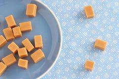 Γλυκά toffees καραμέλας, φοντάν σε ένα πιάτο Στοκ φωτογραφία με δικαίωμα ελεύθερης χρήσης