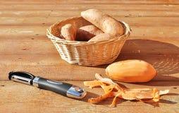 Γλυκές πατάτες και peeler Στοκ Εικόνες