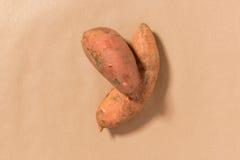 Γλυκές πατάτες σε ένα υπόβαθρο της Tan Στοκ φωτογραφία με δικαίωμα ελεύθερης χρήσης