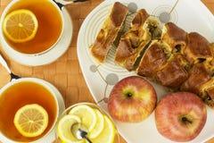 Γλυκές περικοπές της πίτας μήλων με το τσάι λεμονιών Στοκ Φωτογραφίες