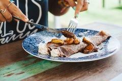 Γλυκές τηγανίτες που εξυπηρετούνται στο μπλε πιάτο με creme Στοκ φωτογραφίες με δικαίωμα ελεύθερης χρήσης