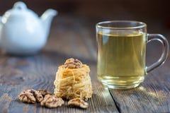 Γλυκές φωλιές vermicelli, αραβικό επιδόρπιο με το ξύλο καρυδιάς Στοκ Εικόνες
