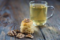 Γλυκές φωλιές vermicelli, αραβικό επιδόρπιο με το ξύλο καρυδιάς Στοκ Φωτογραφίες