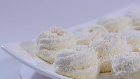 Γλυκιά άσπρη μαρέγκα στο άσπρο υπόβαθρο Άσπρα κέικ σοκολάτας στο άσπρο πιάτο - κλείστε επάνω απόθεμα βίντεο