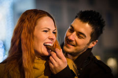 Γλυκιά αγάπη - ζεύγος που τρώει τη σοκολάτα Στοκ εικόνες με δικαίωμα ελεύθερης χρήσης