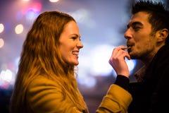 Γλυκιά αγάπη - που τρώει τη σοκολάτα από κοινού Στοκ εικόνα με δικαίωμα ελεύθερης χρήσης