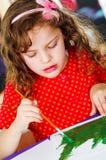 Γλυκιά ζωγραφική βουρτσών χρωμάτων εκμετάλλευσης κοριτσιών Στοκ εικόνες με δικαίωμα ελεύθερης χρήσης