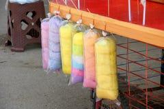 Γλυκιά καραμέλα βαμβακιού στα χρώματα ουράνιων τόξων Στοκ φωτογραφία με δικαίωμα ελεύθερης χρήσης
