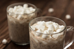 Γλυκιά καυτή σοκολάτα με την πιπερόριζα στοκ φωτογραφία