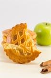 Γλυκιά πίτα μήλων γύρω από τα μπισκότα Στοκ φωτογραφία με δικαίωμα ελεύθερης χρήσης