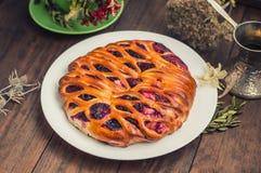 Γλυκιά πίτα με τα μούρα ανάμεικτα, κεράσι, φράουλα, βακκίνιο, Apple, σταφίδες Ξύλινη ανασκόπηση Τοπ όψη Κινηματογράφηση σε πρώτο  Στοκ Εικόνες