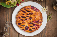 Γλυκιά πίτα με τα μούρα ανάμεικτα, κεράσι, φράουλα, βακκίνιο, Apple, σταφίδες Ξύλινη ανασκόπηση Τοπ όψη Κινηματογράφηση σε πρώτο  Στοκ Εικόνα