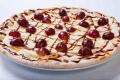 Γλυκιά πίτσα μήλων με το τεμαχισμένο σταφύλι στο άσπρο υπόβαθρο Στοκ Εικόνες