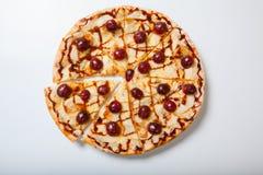 Γλυκιά πίτσα μήλων με το τεμαχισμένο σταφύλι στο άσπρο υπόβαθρο Στοκ εικόνα με δικαίωμα ελεύθερης χρήσης