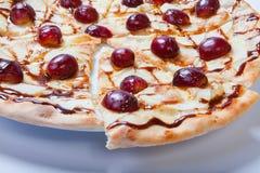 Γλυκιά πίτσα μήλων με το τεμαχισμένο σταφύλι στο άσπρο υπόβαθρο Στοκ εικόνες με δικαίωμα ελεύθερης χρήσης
