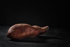 Γλυκιά πατάτα στο μαύρο υπόβαθρο Στοκ Φωτογραφία
