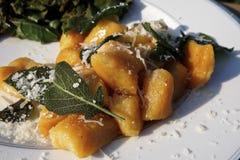 Γλυκιά πατάτα Gnocci με τη φασκομηλιά στοκ φωτογραφίες