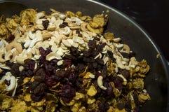γλυκιά προγευμάτων πλήρης έννοια καρυδιών σιταριών nutritients caramal Στοκ Φωτογραφίες