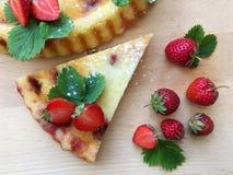 Γλυκιά φράουλα ξινή Πίτα τυριών εξοχικών σπιτιών που διακοσμείται από τους νωπούς καρπούς Τοπ όψη στοκ φωτογραφία