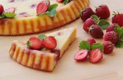 Γλυκιά φράουλα ξινή Cheesecake εξοχικών σπιτιών που διακοσμείται από τους νωπούς καρπούς στοκ φωτογραφία με δικαίωμα ελεύθερης χρήσης