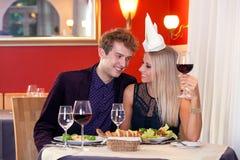 Γλυκοί νέοι εραστές που έχουν το γεύμα στο εστιατόριο Στοκ Εικόνες