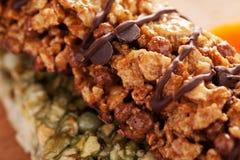 Γλυκοί φραγμοί granola με τη μακροεντολή κινηματογραφήσεων σε πρώτο πλάνο σοκολάτας Στοκ Εικόνα