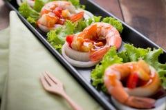 Γλυκόπικρες γαρίδες, κοκτέιλ γαρίδων στο μακρύ τετραγωνικό πιάτο και wo Στοκ εικόνα με δικαίωμα ελεύθερης χρήσης