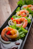 Γλυκόπικρες γαρίδες, κοκτέιλ γαρίδων στο μακρύ τετραγωνικό πιάτο και wo Στοκ Φωτογραφίες