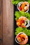 Γλυκόπικρες γαρίδες, κοκτέιλ γαρίδων στο μακρύ τετραγωνικό πιάτο και wo Στοκ φωτογραφία με δικαίωμα ελεύθερης χρήσης