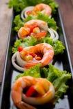 Γλυκόπικρες γαρίδες, κοκτέιλ γαρίδων στο μακρύ τετραγωνικό πιάτο και wo Στοκ Εικόνες