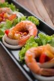 Γλυκόπικρες γαρίδες, κοκτέιλ γαρίδων στο μακρύ τετραγωνικό πιάτο και wo Στοκ Φωτογραφία
