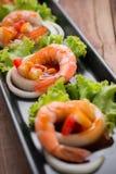 Γλυκόπικρες γαρίδες, κοκτέιλ γαρίδων στο μακρύ τετραγωνικό πιάτο και wo Στοκ Εικόνα