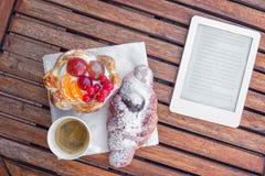 γλυκός καφές και ανάγνωση Στοκ Εικόνες